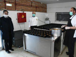 Ο Δήμαρχος στα μαγειρεία του Δήμου στον χώρο της πλαζ